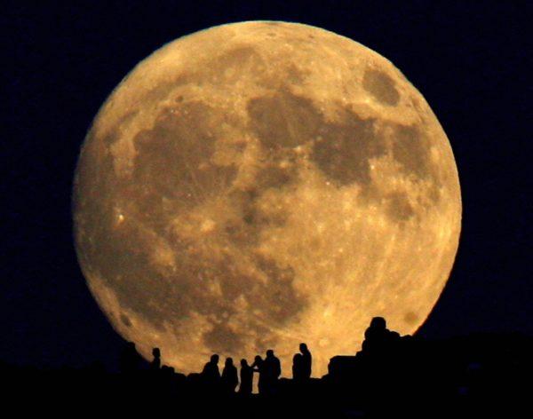 月球地下發現巨大不明物體