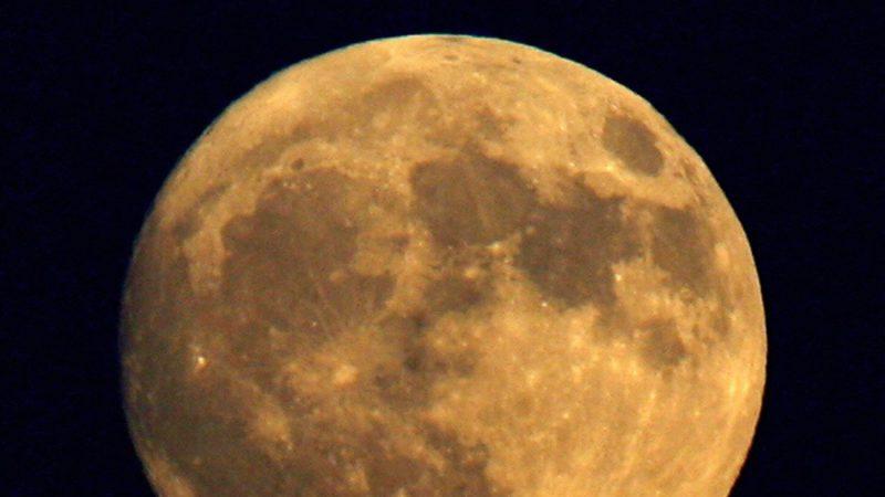 月球地下发现巨大不明物体
