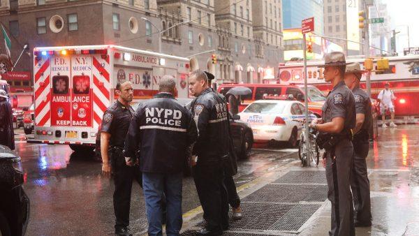 直升机坠毁纽约市中心 引发大火至少1死