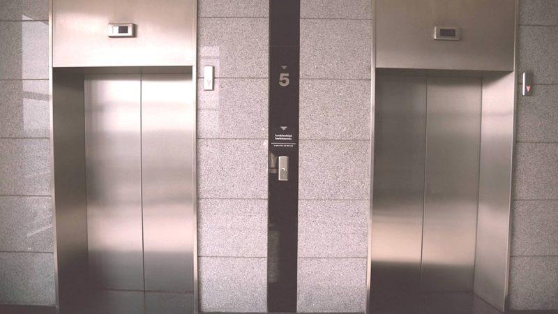 19樓直墜1樓困住9歲娃!深圳電梯差點吃人