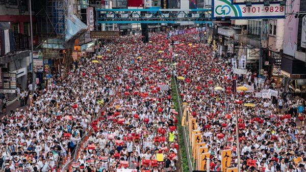 外媒记者绞尽脑汁 形容香港空前规模大游行(视频)