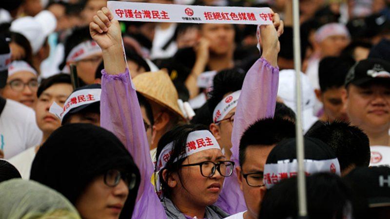 """台湾万人""""反红色媒体""""大游行 抗议中共渗透"""
