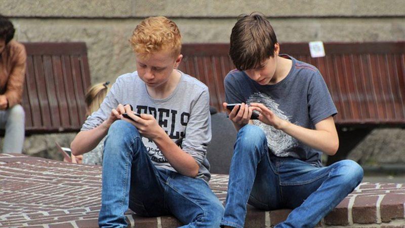 """心理专家谈社交媒体(下):几种方法帮助跳出""""低头族""""陷阱"""