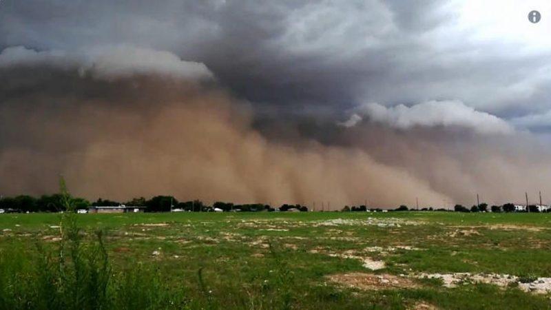 巨大沙暴袭德州 沙墙滚滚吞噬大地场面骇人(视频)