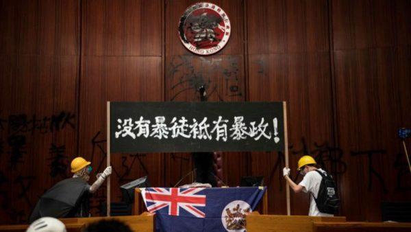 立法会内摘口罩示真容 港青年:我们不是暴徒(视频)