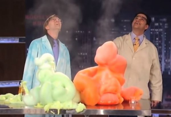 """""""大象牙膏""""化学实验如火山爆发 效果惊人"""
