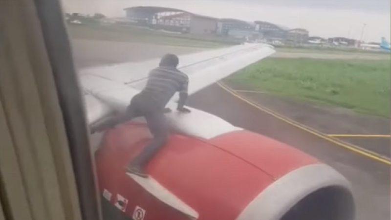 尼國男突爬機翼要求開艙門 乘客驚慌失措