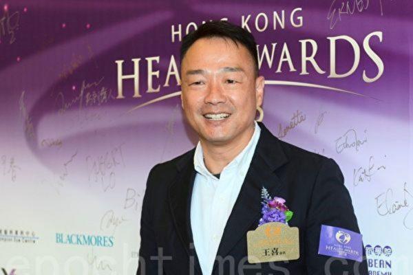 辞去港媒专栏写作 港星王喜获赞有骨气