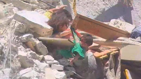 叙利亚残酷冲突 5岁女童半空救妹 双双不幸坠地