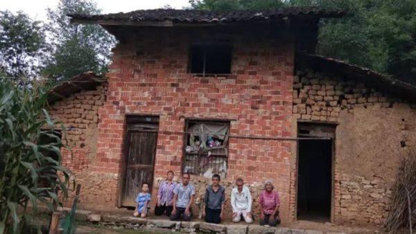 湖南村民舉報村官遭「死亡威脅」 全家跪地求助