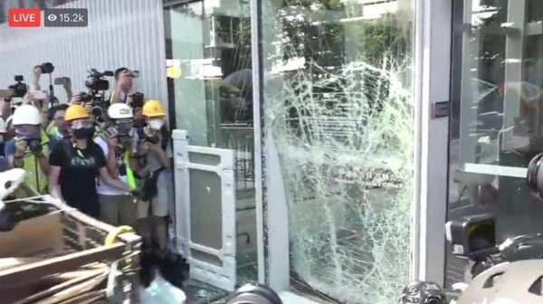 香港七一反送中 立法会大门被撞裂