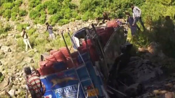 印度超载巴士坠入峡谷 至少35死