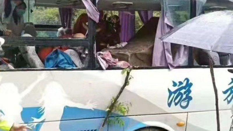 飛來橫禍!四川旅巴被滾落巨石擊中致8人死亡