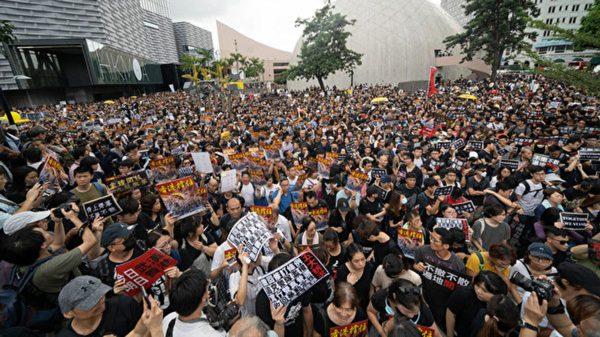 香港警方阻游行人群 暴力驱散抓捕5示威者