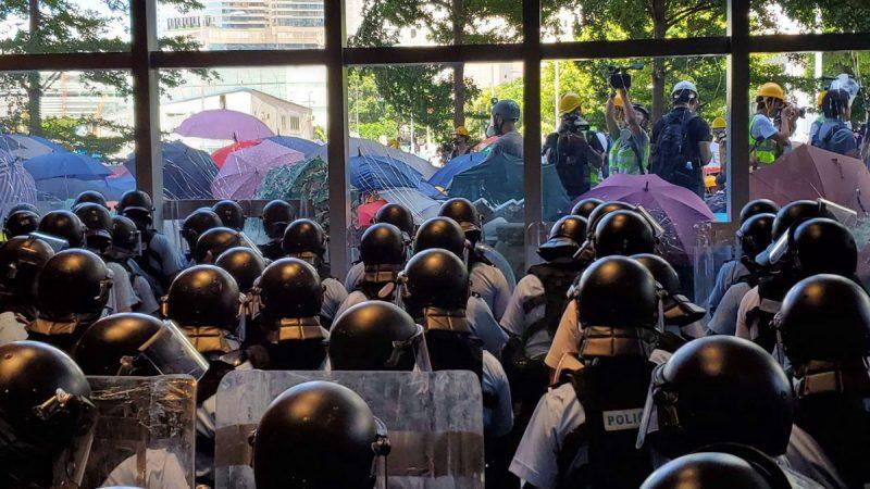 【组图3】香港七一民众抗议 神秘人铁车撞碎立法会