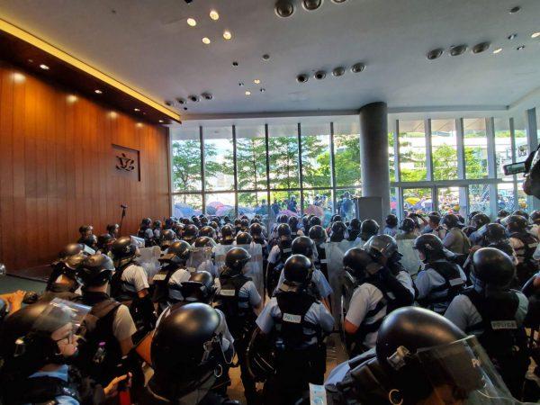 香港七一游行气氛紧张 防暴警橡胶子弹上堂