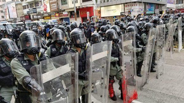 组图3:元朗727反送中武力清场 示威者木盾被射穿