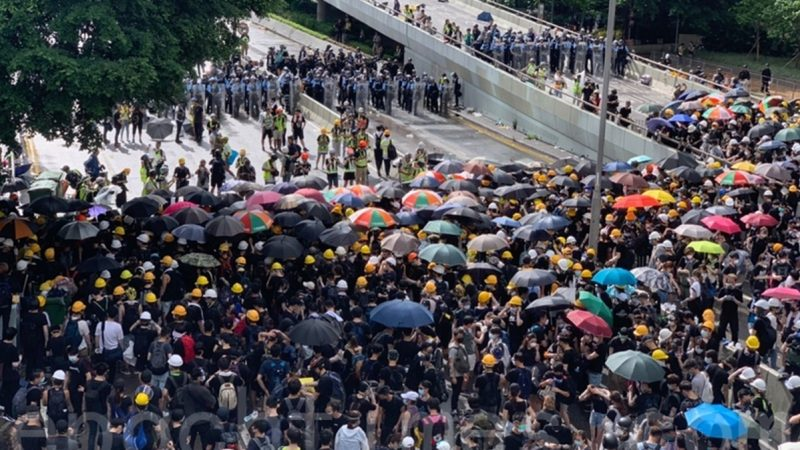 香港七一起冲突 警喷胡椒剂对付示威者(视频)