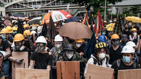 香港七一升旗被迫改室内 官方借口下雨(视频)