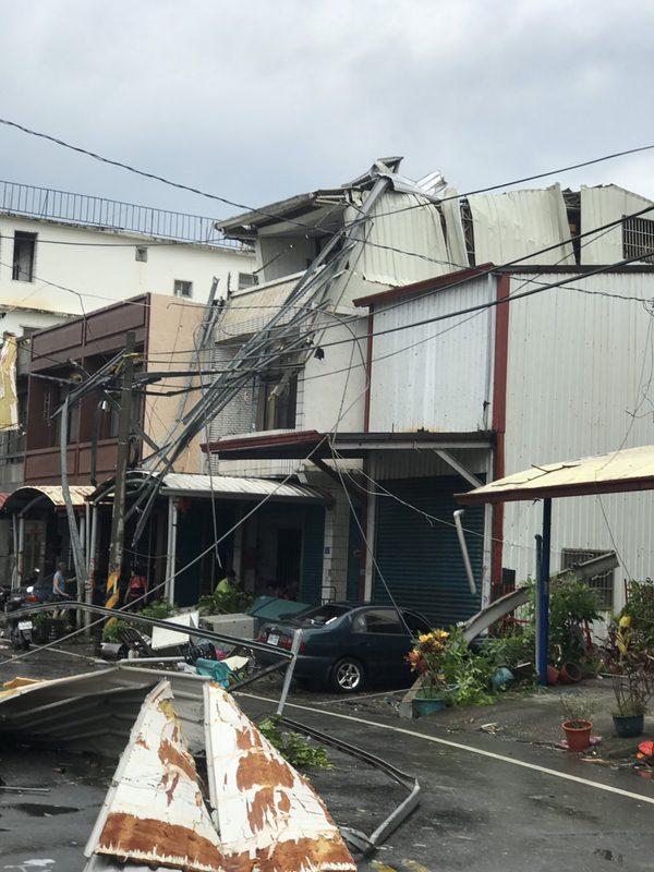 龙卷风横扫 屏东2村一片狼藉(视频)