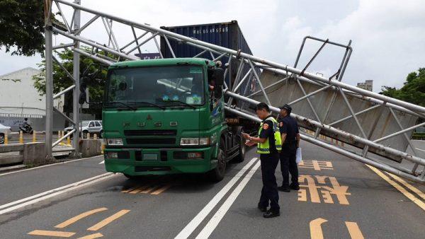 惊险!高市货柜车撞毁限高架 一辆小客车受损