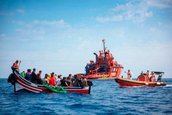 移民船下沉之际 西班牙出手救起141人