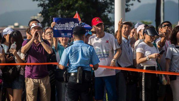 """香港撑警""""群众""""一路暴力 立法会议员遭围殴"""