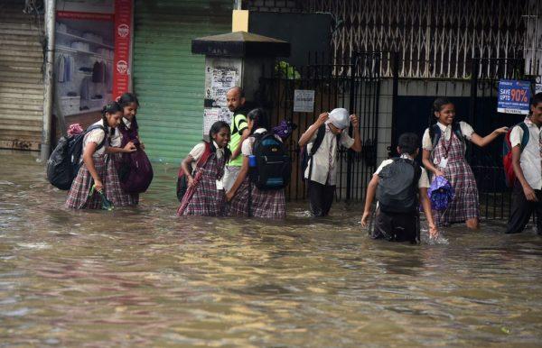 暴雨破10年纪录 孟买水淹墙倒逾20死66伤