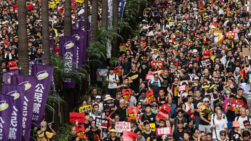 《石涛聚焦》示威者全部安全离开立法会 誓死坚持者被同伴抬走