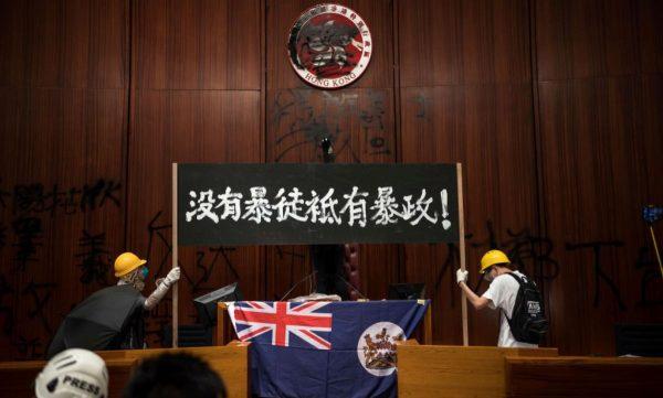 """香港立法会震撼一幕 抗议者最后一刻抢出4""""死士""""(视频)"""
