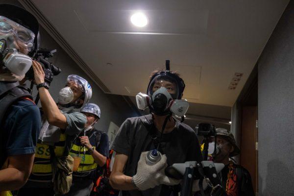 七一游行突现意外 港警放任示威者冲入立法会