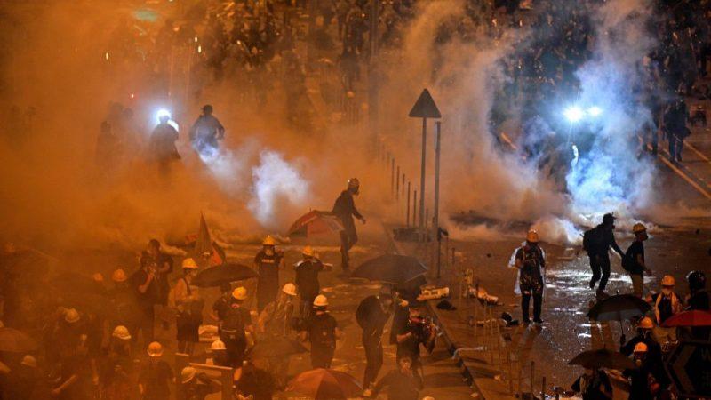 港警凌晨催泪弹清场 示威者迅速撤离