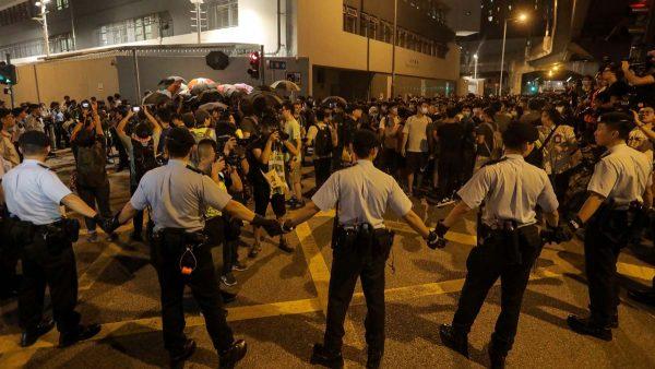 香港屯门游行:警方护送打人者离场 遭示威者围堵