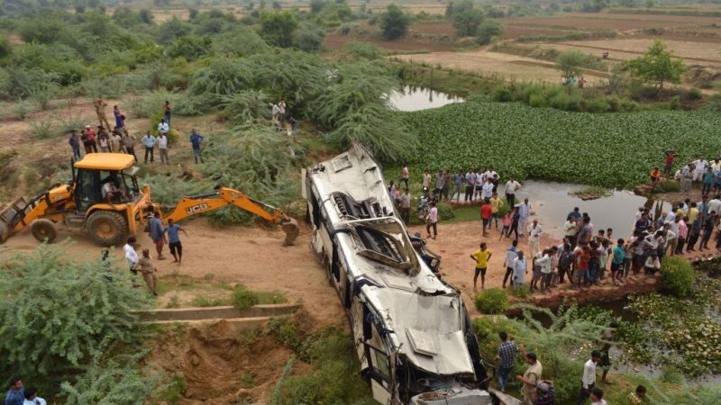 疑司机开车打瞌睡 印度巴士摔落桥29死18伤