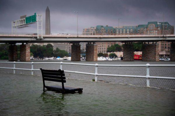 暴雨來得快又急 白宮淹水地鐵站如瀑布