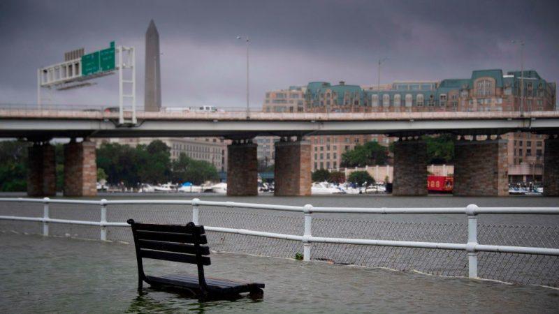 暴雨来得快又急 白宫淹水地铁站如瀑布