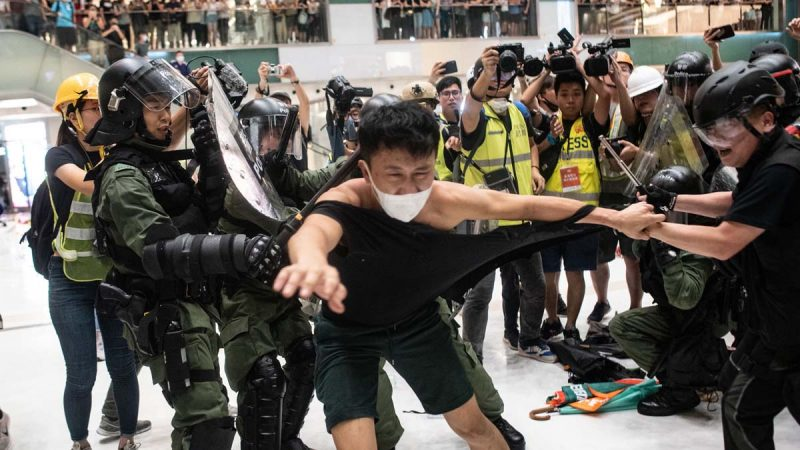 港警凶残拗断示威者手腕 医生:愈合也有后遗症