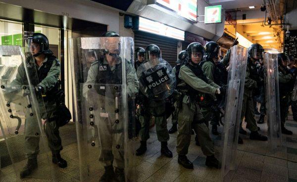 香港警察家属揭内幕:当权者希望有警员殉职