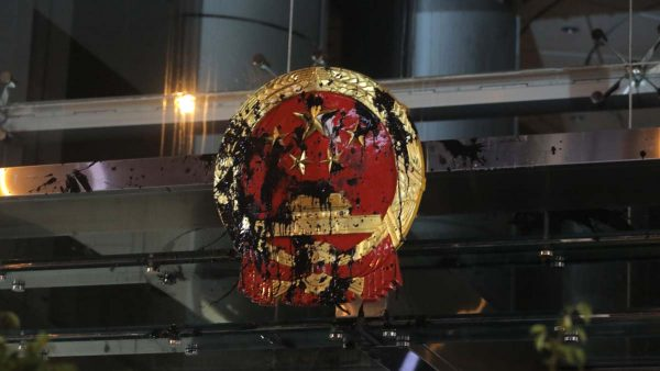港人首围中联办蛋洗中共徽章 警告或成立临时立法会