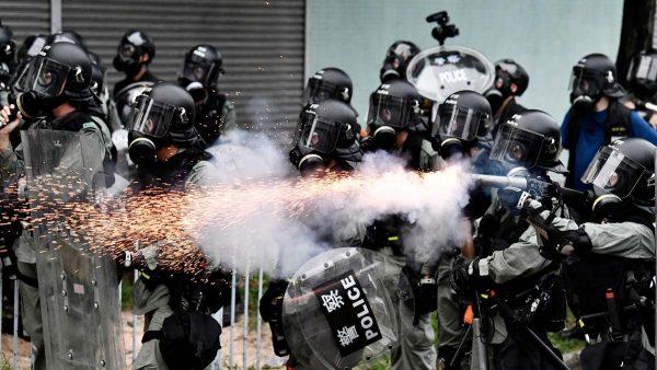 元朗游行:警察屡向传媒近距开枪 打穿记者头盔