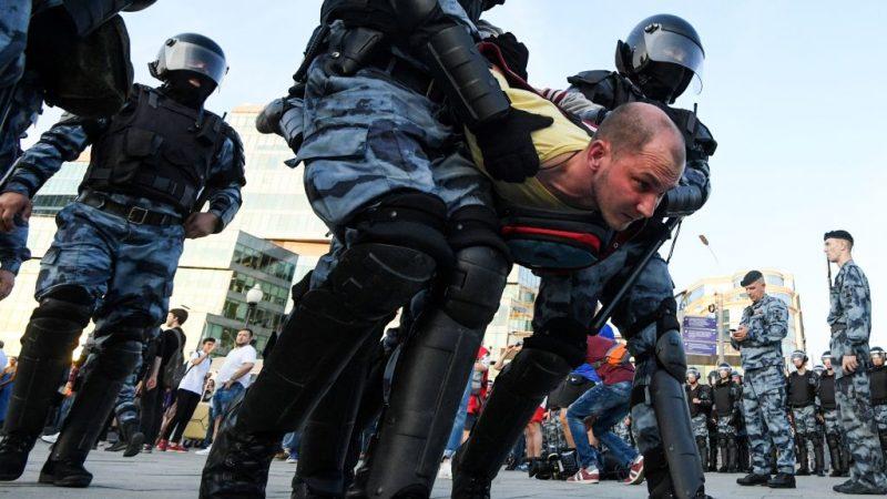 反对阵营争取公平选举 俄警挥舞棍棒逮捕逾千人