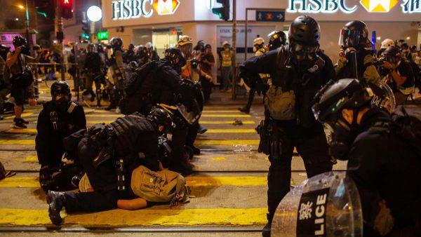 港警无差别乱枪狂射示威者 制服后再暴踢头部