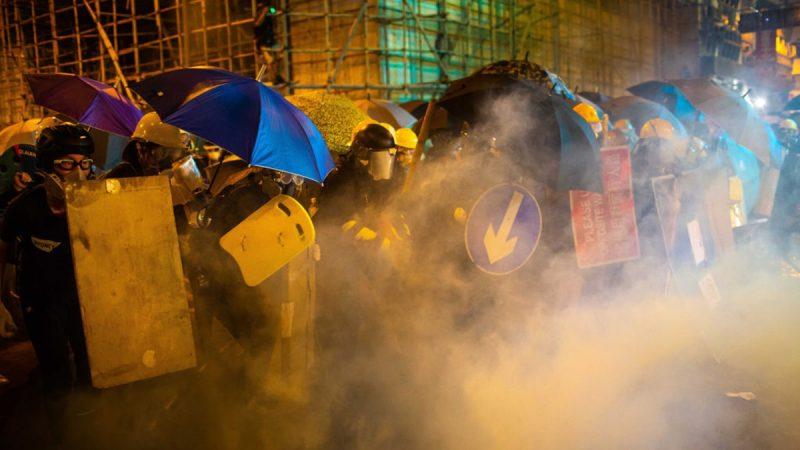 【直擊728港警開槍】防暴警察上環狂射過百枚催淚彈(近期最多)、多名示威者受傷、血流遍地