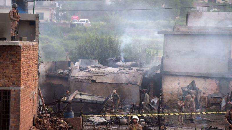 巴基斯坦軍機墜毀住宅區 爆炸起火釀17死12傷