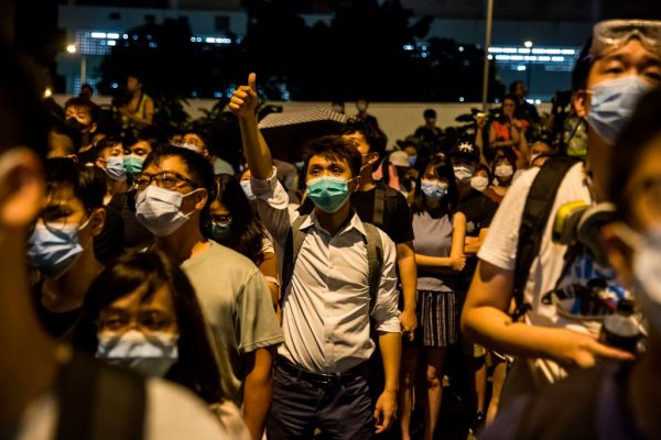 7•28香港44人被控暴動罪 數百抗議者警署外聲援