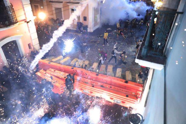50万人上街头要求总督下台 波多黎各爆警民冲突