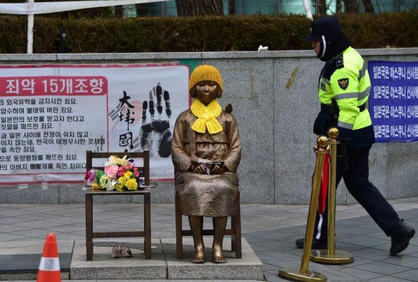 4青年以日语叫嚣 对韩国少女铜像吐口水