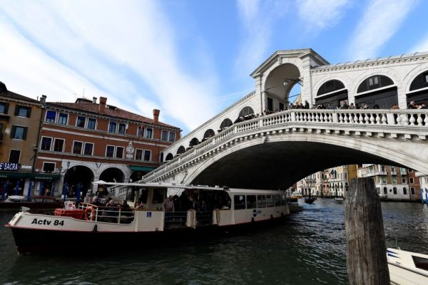 威尼斯景点泡咖啡 2德国游客遭罚款又驱逐