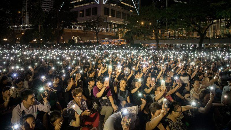 香港8000父母哽咽发声:愿为你们挡棍挡子弹
