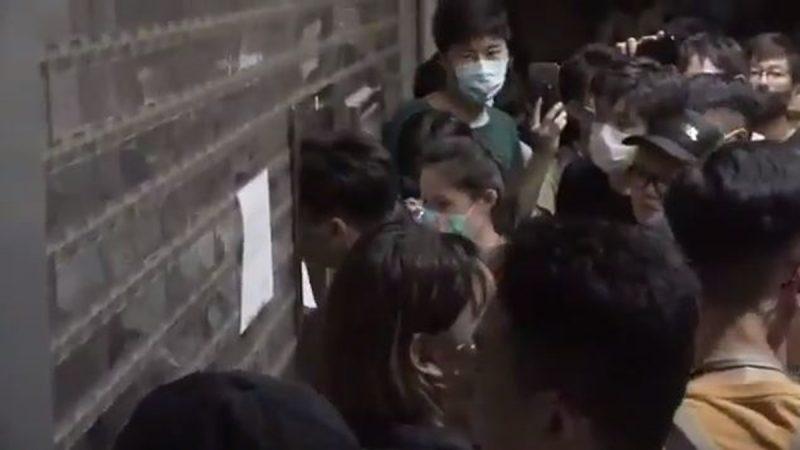 年輕人設「連儂牆」被指打人遭警方拘捕 數百人包圍天水圍警署要求放人(1)